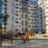 детская площадка и дом
